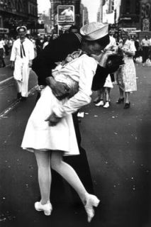 Kissing on VJ Day Poster ve Times Square WWII War End