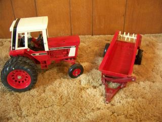International (IH) 1586 DRW (Dual Rear Wheel) Diecast Metal Tractor w